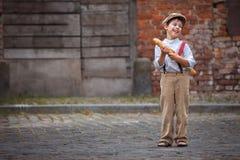 Rozochocona uśmiechnięta chłopiec z baguette outdoors Zdjęcie Stock
