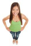 Rozochocona uśmiechnięta młoda kobieta w cajgach Fotografia Stock