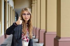 Rozochocona urocza dziewczyna pokazuje aprobaty Zdjęcie Royalty Free