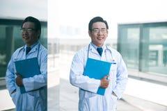 Rozochocona wietnamczyk lekarka Zdjęcie Stock