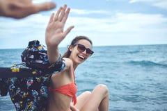 Rozochocona Yong kobieta na tle morze Zdjęcie Royalty Free