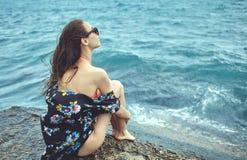 Rozochocona Yong kobieta na tle morze Fotografia Royalty Free