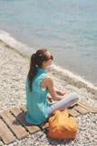 Rozochocona Yong kobieta na tle morze Fotografia Stock