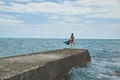 Rozochocona Yong kobieta na tle morze Zdjęcia Stock