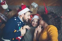 Rozochocone i szczęśliwe twarze dla Bożenarodzeniowych wakacji zdjęcia stock