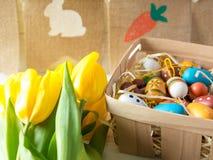 Rozochocone, jaskrawe, pogodne i kolorowe Wielkanocne dekoracje dla domu, Everything jest gotowy świętować: jajka, kwiaty, farby, fotografia stock