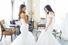 Rozochocone kobiety W małżeństwo togach Ma zabawa czas zdjęcie stock