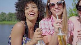 Rozochocone młode dziewczyny ma piwo zdjęcie wideo