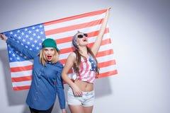 Rozochocone młode kobiety wyrażają ich patriotyzm zdjęcia stock