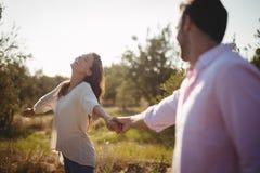Rozochocone młode mienie ręki przy oliwki gospodarstwem rolnym Zdjęcia Royalty Free