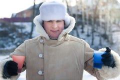 Rozochocone młody człowiek otuchy podczas zima wakacji z winem w mroźnym pogodnym zima dniu outdoors Zdjęcia Stock