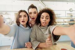 Rozochocone młode kobiety w kawiarni Zdjęcia Royalty Free