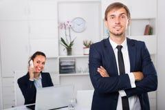 Rozochoconego mężczyzna kierownika wykonawcza pozycja w biurze Obraz Royalty Free