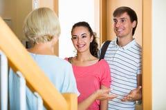 Rozochoconego starszego kobiety powitania dorosli dzieci przychodzi z wizytą zdjęcie stock