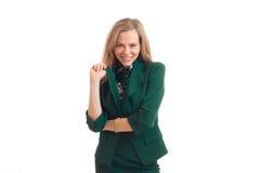 Rozochoconej atrakcyjnej blondynki biznesowa kobieta ono uśmiecha się na kamerze w zieleń mundurze Obraz Royalty Free