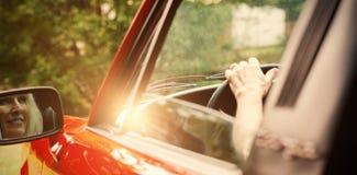 Rozochoconej dojrzałej kobiety napędowy kabriolet Zdjęcie Stock