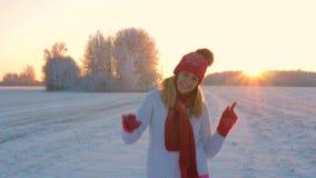 Rozochoconej kobiety Dancingowej zimy Plenerowy doskakiwanie Na śniegu I ręki Up 4K zdjęcie wideo