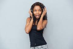 Rozochoconej kobiety słuchająca muzyka w hełmofonach Zdjęcie Stock