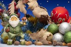Rozochocony Święty Mikołaj obsiadanie przy jego krzesłem W górę zdjęcia royalty free