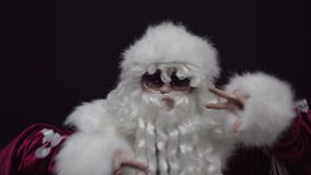 Rozochocony Święty Mikołaj taniec przeciw czarnemu tłu zbiory wideo