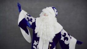 Rozochocony Święty Mikołaj taniec przeciw czarnemu tłu zdjęcie wideo