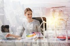 Rozochocony żeński eco inżynier pracuje na te eco projekcie Obrazy Stock