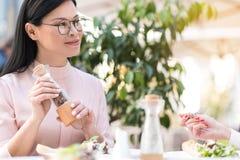 Rozochocony żeński pieprzenia naczynie w kawiarni obraz royalty free
