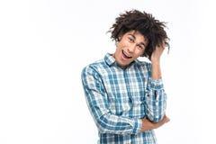 Rozochocony afro amerykański mężczyzna patrzeje kamerę z kędzierzawym włosy Fotografia Royalty Free