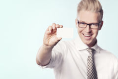 Rozochocony biznesmen przedstawia biel pustą kartę. Obraz Stock