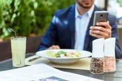 Rozochocony biznesmena łasowania śniadanie w kawiarni obraz stock