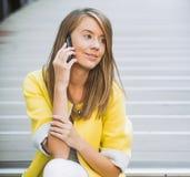 Rozochocony bizneswoman ono uśmiecha się na telefonie zdjęcia stock