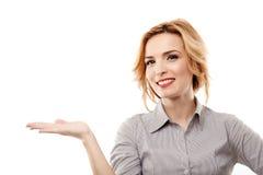 Rozochocony bizneswoman przedstawia copyspace zdjęcia stock