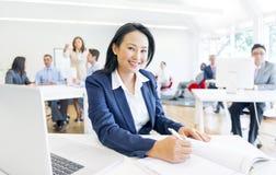 Rozochocony bizneswoman robi jej papierkowej robocie Zdjęcie Royalty Free