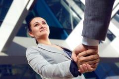 Rozochocony bizneswomanu i klienta handshaking zdjęcia royalty free
