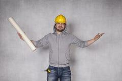 Rozochocony budowniczy rzuca up jego ręki w gescie zwycięstwo Zdjęcia Stock