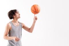 Rozochocony chuderlawy męski gracz koszykówki Fotografia Stock