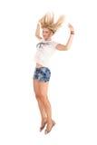 Rozochocony dancingowej dziewczyny doskakiwanie krótki na białego tła latającym włosy Obraz Stock
