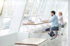 Rozochocony dwa ucznia studiują z komputerami zdjęcia royalty free
