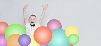 Rozochocony dzieciak skacze out od kolorowych balonów Obraz Stock