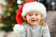 Rozochocony dziecko patrzeje ciebie w bożych narodzeniach zdjęcie stock