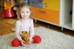 Rozochocony dziecko trzyma zabawkę Fotografia Stock