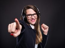 Rozochocony dziewczyna kierownik wskazuje ciebie z życzliwym wyrażeniem Obraz Stock