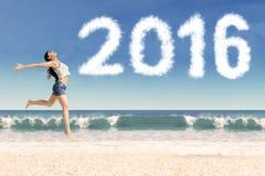 Rozochocony dziewczyna taniec przy wybrzeżem z liczbami 2016 obraz stock