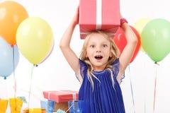 Rozochocony dziewczyny mienia teraźniejszości pudełko zdjęcie royalty free