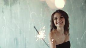 Rozochocony dziewczyny mienie w rękach sparklers i śmiać się młoda kobieta przy przyjęciem Świąteczny nastrój wolny zbiory wideo