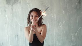 Rozochocony dziewczyny mienie w rękach sparklers i śmiać się młoda kobieta przy przyjęciem Świąteczny nastrój wolny zdjęcie wideo