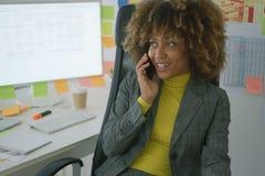 Rozochocony elegancki pracownik opowiada na telefonie obrazy royalty free
