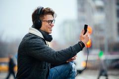 Rozochocony facet bierze selfie na smartphone outdoors obraz royalty free