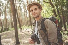 Rozochocony facet cieszy się spacer w lesie Zdjęcia Royalty Free