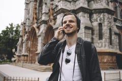 Rozochocony i energiczny podróżnik stoi przy kątem ulica zdjęcie royalty free